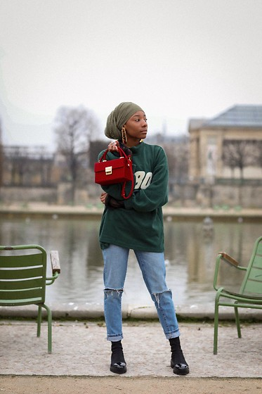 Djala & Laadi - Little Red Bag, Jean, Black Boots, Sweater « Olive », Gold Earring - Madame tout le monde