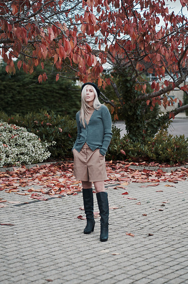 Daniella Robins - Cos Knitwear - The Autumn Way Of Styling Shorts & Boots