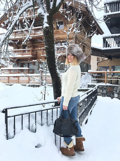 The laid-back girl Léa - Barts Chapka, Close Sweater, Levi's® Jeans, Balenciaga Bag, Ugg Boots - Snowy day in Megève