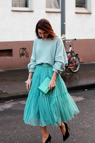 Malia Keana - Chanel Bag, Asos High Heels, H&M Oversized Sweater, Asos Tulle Skirt - Sex and the City Vibes