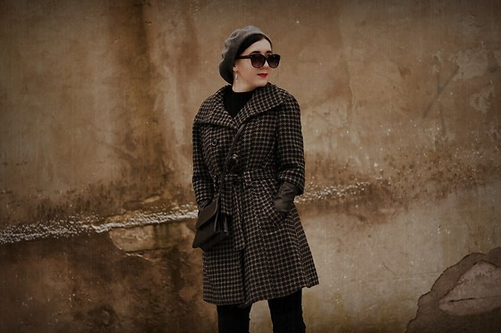 Ewa Macherowska - Second Hand Coat, Mango Boots, Second Hand Bag, Second Hand Body, Second Hand Gloves, Nn Beret, Nn Sunglasses, Nn Earrings - Second hand coat