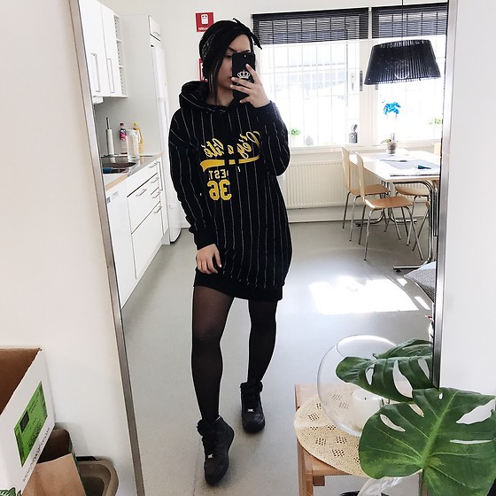 Jenny Drugge - H&M Dress Hood, Nike Sneakers - Black and yellow