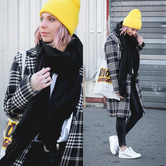Lavie Deboite - Jake*S Coat, Zara Scarf, Only Caoted Jeans, H&M Yellow Beanie, Puma Sneaker - Checkered coat with yellow beanie