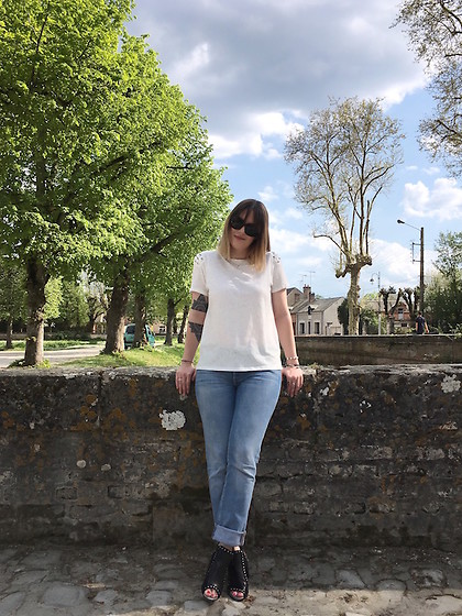 The laid-back girl Léa - Ray Ban Shades, Mango Tee, Levi's® Jeans, Sweet Lemon Sandals - Blue jeans, white tee, high heels