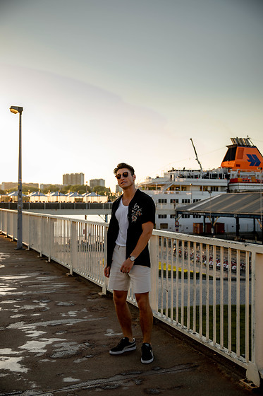 Dennis Van Peel - River Island Black Shirt, H&M Beige Shorts, Puma Black Suede Sneakers, Ray Ban Brown Sunnies - Short shorts & Breezy shirts