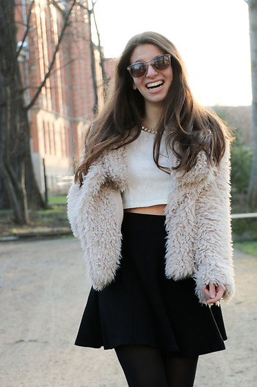 Carmen Schubert - Zara Teddycoat, H&M White Croptop - Teddy Coat