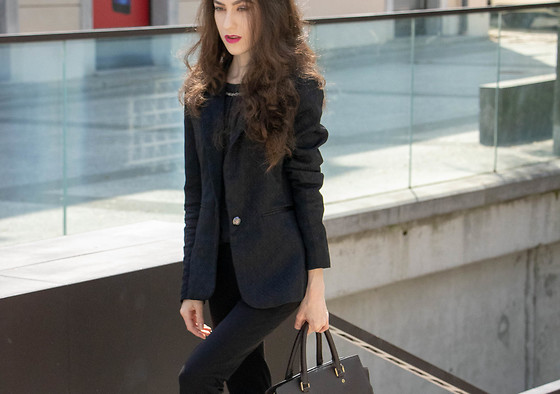 Veronika Lipar - Dolce & Gabbana Black Blazer, Michael Kors Black Tote Top Handle Business Bag, Ann Demeulemeester Black Wool Pants - Back to bossing