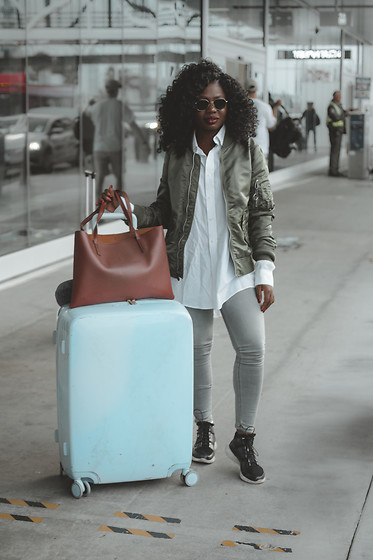 Niké - Raden Suitcase, Alpha Industries Green Bomber Jacket - AirPort chic