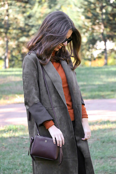Carmen Schubert - Aigner Bag, Zara Green Suede Coat, Zara Turtleneck Pullover - Aigner Mini & Green Coat
