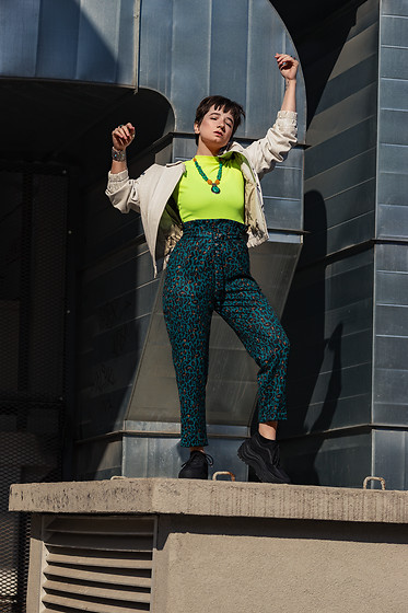 Violeta N - Pull & Bear Carrot Fit Pants, Bershka Chunky Sneakers, Levi's® Vintage Leather Jacket, Pull & Bear Neon Green Top, Meli Melo Rhinestone Chunky Necklace - Alien Green