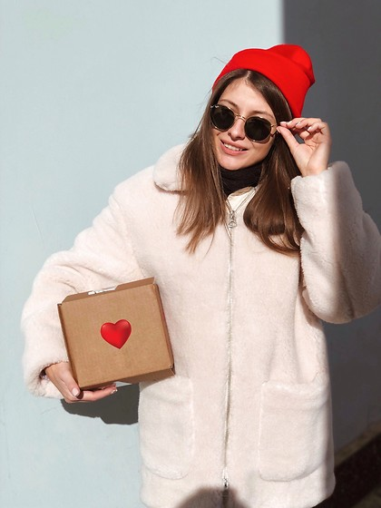 Anna Gurchenkova - Weekday Red Hat, New Yorker Black Scarv, Weekday Jacket, Ray Ban Sunglases - HeartBox