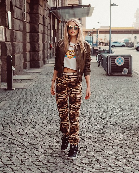Laura Simon - Na Kd Camouflage Pants, Fila Sneakers, Gucci White Belt, Subdued Wonder Woman Shirt, Topshop Bomberjacket, Christian Dior So Real - Army Look 📸