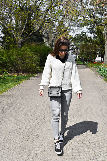 Carmen Schubert - Tommy Hilfiger Black And White Sneakers, Zara Grey Skinny Jeans, Guess Bag Black, H&M Sweater - Tommy Sneakers