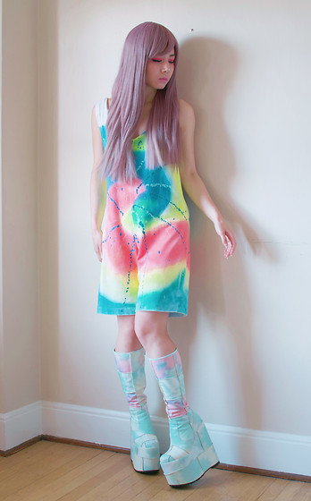 Lovely Blasphemy - Lockshop Wigs Silky Straight Milky Lavender, Current Mood Deep Dive Platform Boots - Tie dye