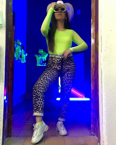 Karen Cardiel - Must Concept Store Neon Yellow Mesh Tshirt, Pull & Bear Leopard High Waisted Jeans, Fila Disruptor 2, Must Concept Store Yellow Neon Socks, Must Concept Store Bling Bling Belt, Urban Outfitters White Oval Sunglasses, Must Concept Store Cowboy Handpainting Hat - On my way to steal your heart 🤠💚🔥