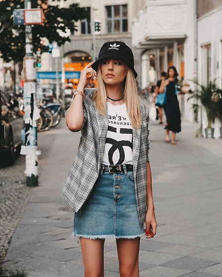 Laura Simon - Na Kd Denim Skirt, Subdued Black Belt, 5preview White Shirt, Na Kd Blazer, Adidas Bucket Hat - Berlin streetstyle