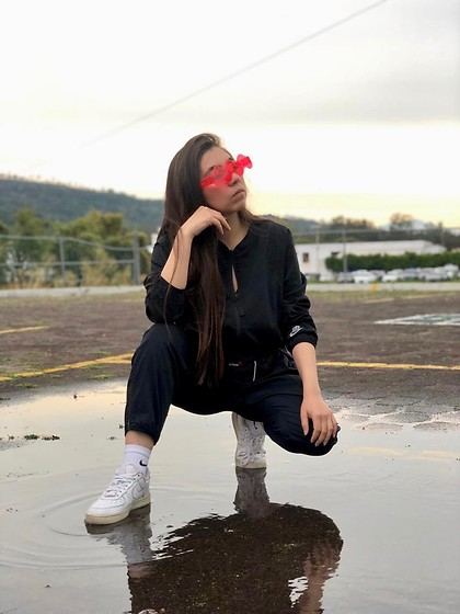 Karen Cardiel - Wavey.La Wavey Neon Sunglasses, Nike Air Force 1, Nike White Socks, Nike Black Jumpsuit, Must Concept Store Black Waist Bag - Clear like water 💦