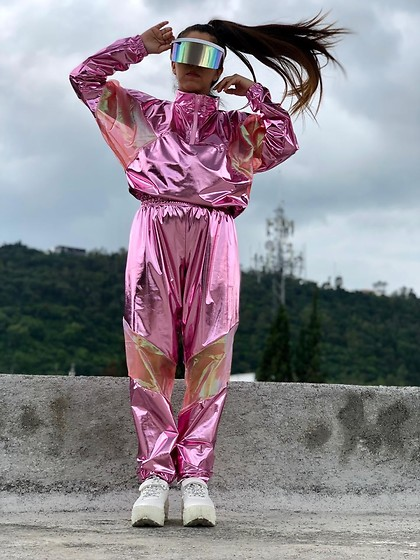 Karen Cardiel - Must Concept Store Visor Sunglasses, Must Concept Store Metallic Pink Bomber Jacket, Must Concept Store Metallic Pink Pants, Bershka White Platform Sneakers - Ready to enter Area 51 👽🖖🏻