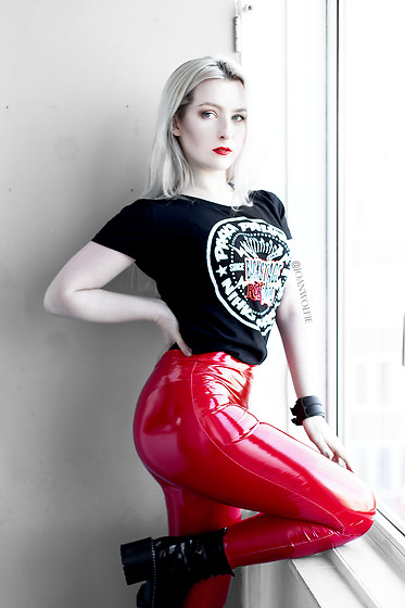 Joan Wolfie - Backstage Rock Shop T Shirt, Femme Luxe Leggings, Lamoda Boots - SHINY RED // Joan Wolfie
