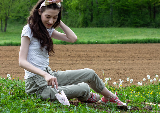 Veronika Lipar - Converse Pink Low Sneakers, White Polka Dot Tee, 7 For All Mankind Khaki Cargo Pants, Benoît Missolin Bow Headband - Chic Gardening Outfit
