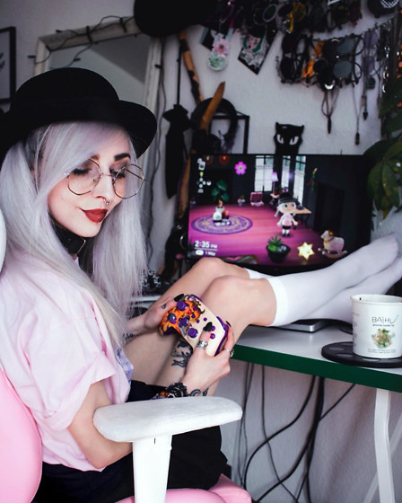 Kimi Peri - Skydance Black Tennis Skirt, H&M Top Hat, Baby Turns Blue Choker, Supergeek Vaporwave Ramen Shirt, Glasses - Gamergirl 🎮💕