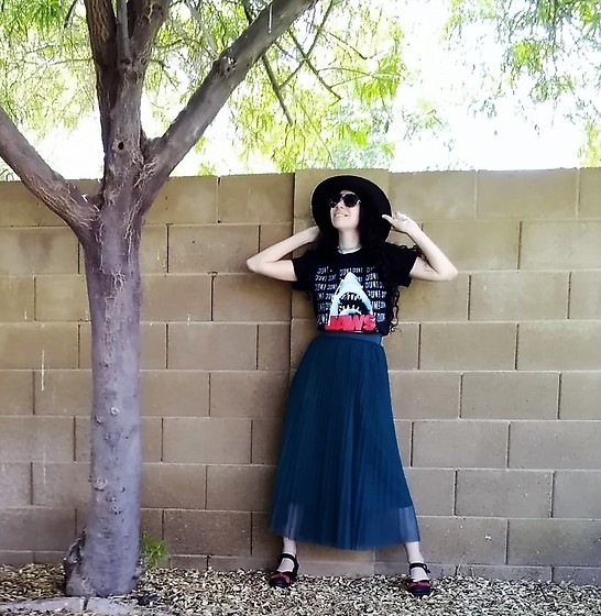 Saguaro Style - Black Sunhat, Vintage Jaws Tee, Fox's Designer Tulle Skirt, Sven Clogs Bow - 08.06.20