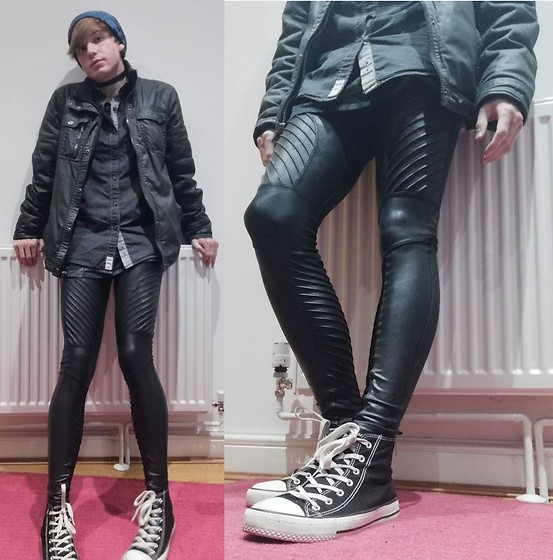 Owen Rathbone - Spanks Moto Leggings, Primark Vans, Black Shirt, Amazon Black Fabric Choker, Blue Beanie - Casual biker black