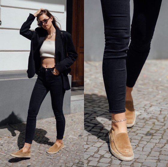Jacky - Aurelien Loafers, Calvin Klein Black Jeans, Zara Cropped Top, Zara Black Blazer, Chimi Sunglasses - Casual and chic outfit with loafers