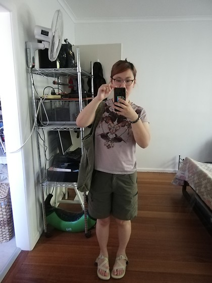 Magness TN - Chaco Chromatic Sandals, Gondwana Cargo Shorts, Typo Big Green Tote Bag, Thrifted Tshirt - Casual Summer Look in Earth Tones