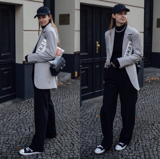 Jacky - Ethletic Sneaker, Holzweiler Black Wide Pants, Birgitte Herskind Oversized Blazer, Vila Black Turtleneck, Chanel Small Bag, Onweekends Black Cap - Casual chic home office look