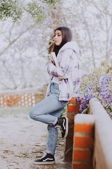 Adriana R. - Femme Luxe White Hoodie, Monki Organic Cotton Mom Jeans, Vans, Femme Luxe Lilac Shacket - Casual look w/ shacket