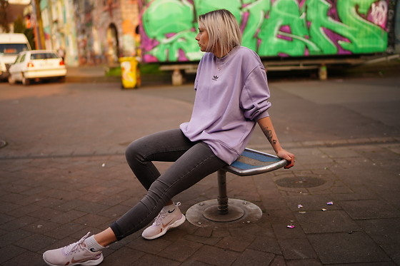 Kelly Doll - Adidas Lilac Sweater, Levi's® Grey Jeans, Nike Light Sneakers - Kiefernstraße