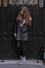 Marion A. - H&M Perfecto, H&M Fake Leather Skirt, Bérangère Claire Checked Shirt, Minimarket Suede Wedges - Moody Sundy