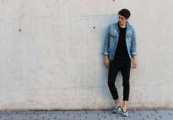 Sam Mü - Asics Sneaker, Acne Studios Denim, H&M Shirt, G Star Raw Denim Jacket - Wayfaring stranger.