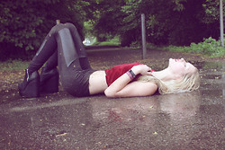 Julez . - Red Velvet Crop Top, Faux Leather Leggins, H&M Platform Heels - The Pretty Reckless - Under the water