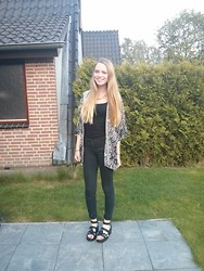 Saskia Mulder - River Island Sandals, H&M Vest - Happy