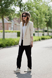 Christine R. - Massimo Dutti Linnen Blazer, Converse Sneakers - Always easy