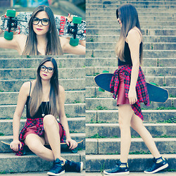 Luise Bosquê - Puma Sneakers, Riachuelo Checked Shirt, Zerouv Bamboo Glasses, Collins Fake Leather Skirt - Skate Faking