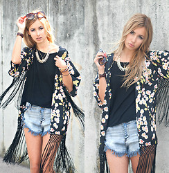 Daisy R. - Girls On Film Flower Kimono, Missguided Jeans Shorts - FLOWERPOWER