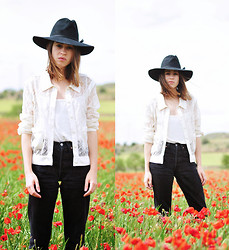 Saray Dansvogue - Chanel Blouse, Levi's® Jeans - Poppy Look