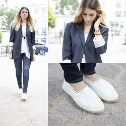 SARAH LOSS - Hugo Boss Tailor Jacket, H&M White Top, Asos Basic Jeans, H&M Flats, H&M Horn Necklace - RThe blue tailor jacket