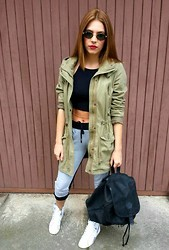 Ivona - H&M Parka, H&M Crop Top, Zara Sweatpants, Reebook High Tops, Vintage Backpack - Street raybans