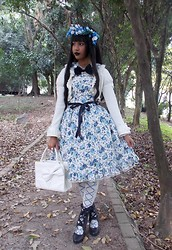 Lais Gonçalves - Handmade Blue And White Flowers Crown, Taobao Pearl And Orb Necklace, Innocent World Black Bow, Angelic Pretty Blue Floral Onepiece, Body Line Blue Floral Jsk, Body Line White Bolero, Innocent World Versailles Rose Otk Socks, Secret Shop Black Boots, Metamorphose Temps De Fille White Bag, 25 De Março White Rose Ring, Cerejas Cintilantes Blue Rose Ring - Follow me down through the trees.