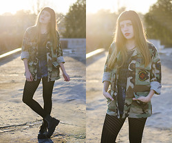 THE CLOSET Blog - Vintage Camo Jacket, Black Apogeo Tights, High Waisted Shorts, Patches, Complot Vintage Lookshirt, 47 Street Black Spiked Combat Boots, Spiked Necklace - Eye Patch