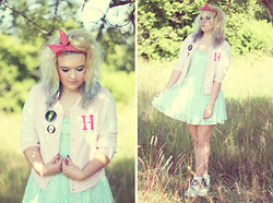 Lovi Johansson - Gina Tricot Mint Dress, Gina Tricot H, H&M Pins - Rule number three, wear your heart on your cheek ♥