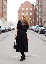 Jenni R. - Comptoir Des Cotonniers Shirt, Vintage Pleated Skirt, Clou Ankle Boots, Vintage Bag, Pink Lipstick - All black