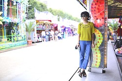 Leeloo P - Topshop Jean Moto, H&M Top, Shoes Mellow Yellow, Sunglasses Hungry Eyewear - Fete foraine