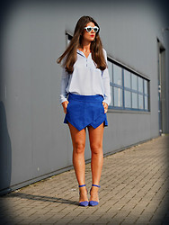 Fashionista Chloë Sterk - Heels, Comegetfashion Skort, Sheinside Top, Zara Sunnies - THE BLUE ENSEMBLE
