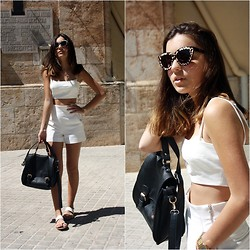 Laura Pla Cataluña - Zerouv Sunglasses, Zara Cropped Top, Zara Shorts, Pull & Bear Sandals - Total white