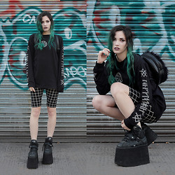 Amber Dennett - Long Clothing War Sleeve Tee, Frontrowshop Check Shorts, Buffalo Platform Boots, Motel Rocks Fluffy Bag - Wildstyle